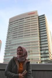Kesenangan foto di depan Nissan Global HQ